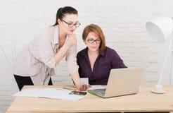 teamwork As mulheres discutem o projeto no escritório Fotos de Stock