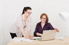 teamwork As mulheres discutem o projeto no escritório Fotografia de Stock