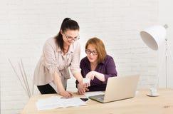 teamwork As mulheres discutem o projeto no escritório Imagens de Stock