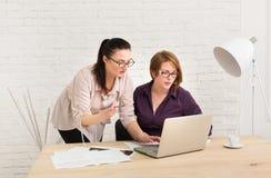 teamwork As mulheres discutem o projeto no escritório Imagens de Stock Royalty Free