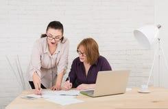 teamwork As mulheres discutem o projeto no escritório Imagem de Stock