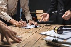Teamwork av affärsadvokatmötet som hårt arbetar om laglig reg arkivbild