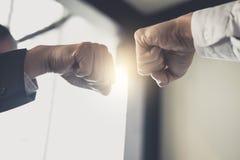 Teamwork av affärsmanpartnerskap som ger nävebulan till att hälsa royaltyfri fotografi