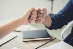 Teamwork av affärspartnerskap som ger nävebulan till att hälsa st royaltyfria bilder