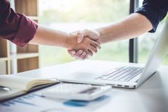 Teamwork av affärspartnerskapHandshaking efter bra samarbete, konsultation mellan affärsmannen och kunden, handla som är contra royaltyfri fotografi