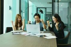 Teamwork av asiatiskt affärsfolk lyckas ett projekt, etikettslag Arkivbilder