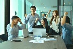 Teamwork av asiatiskt affärsfolk lyckas ett projekt, etikettslag Fotografering för Bildbyråer