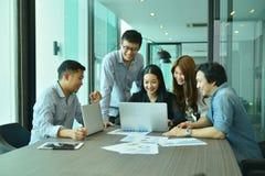 Teamwork av asiatiskt affärsfolk lyckas ett projekt, etikettslag Arkivbild