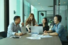 Teamwork av asiatiskt affärsfolk lyckas ett projekt, etikettslag Royaltyfria Bilder