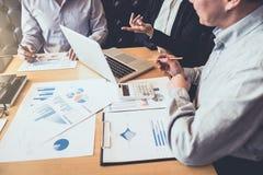 Teamwork av den nya affärskollegor, konsultation och konferensen Royaltyfria Bilder