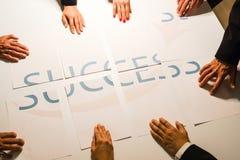 Teamwork betyder framgång - MEN Royaltyfria Bilder