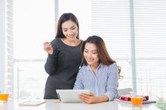 Teamwork Businesspeople som i regeringsställning arbetar samman med bärbara datorn arkivfoton
