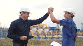 teamwork concetto della stazione di produzione del gas di industria successo di vittoria del video di movimento lento due ingegne stock footage