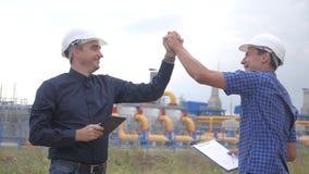 teamwork concetto della stazione di produzione del gas di industria successo di vittoria del video di movimento lento due ingegne video d archivio