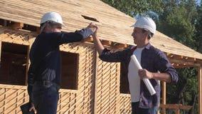 teamwork costruzione di concetto che costruisce il video di movimento lento dell'architetto due uomini che il costruttore in casc archivi video