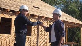 teamwork costruzione di concetto che costruisce il video di movimento lento dell'architetto Due uomini che il costruttore in casc video d archivio