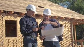 teamwork costruzione di concetto che costruisce il video di movimento lento dell'architetto un costruttore di due uomini in casch archivi video