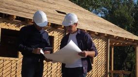 teamwork costruzione di concetto che costruisce il video di movimento lento dell'architetto Un costruttore di due uomini in casch video d archivio