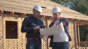 teamwork costruzione di concetto che costruisce il video di movimento lento dell'architetto Un costruttore di due uomini in casch stock footage