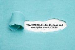 Teamwork delar uppgift och multiplicerar framgång royaltyfria bilder