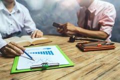 Teamwork des Geschäftsrechtsanwalts beraten über Steuer Finanz-hardw lizenzfreie stockfotografie