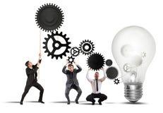 Teamwork, die eine Idee antreibt Lizenzfreie Stockfotos