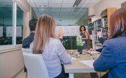 Teamwork, die Fragen zum weiblichen Trainer nach Geschäftstreffen hat lizenzfreie stockbilder