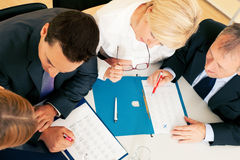 Teamwork - discussion in the office Royalty Free Stock Images