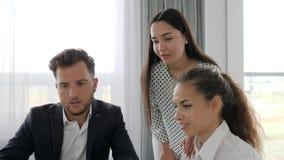 Teamwork diskutera av det nya projektet i affärsmitt, yrkesmässigt kontorsfolk på arbete, idérikt lag stock video