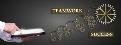 Teamwork-Erfolgskonzept mit dem Mann, der eine Tablette verwendet Stockbilder