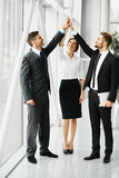 teamwork Executivos bem sucedidos que comemoram um negócio imagens de stock