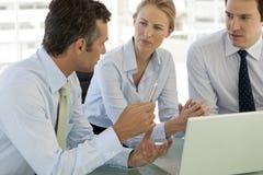 Teamwork för företags affär - affärsmän och kvinna som arbetar på bärbara datorn royaltyfri bild