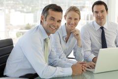 Teamwork för företags affär - affärsmän och kvinna som arbetar på bärbara datorn arkivbild