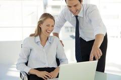 Teamwork för företags affär - affärsman som arbetar med kvinnan på datoren royaltyfria bilder