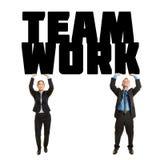 Teamwork för ord för två affärspersoner lyftande royaltyfria foton