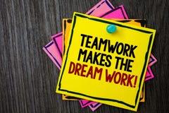 Teamwork för textteckenvisning gör det dröm- arbetet att kalla Begreppsmässig fotokamratskaphjälp uppnår framgångträbakgrundsidée fotografering för bildbyråer