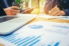 Teamwork fangen oben Geschäftsteambesprechung an, an neuem Geschäft zu arbeiten stockfotos
