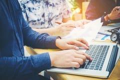 Teamwork fangen oben Geschäftsteambesprechung an, an neuen BU des Laptops zu arbeiten Lizenzfreie Stockfotografie