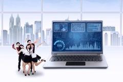 Teamwork feiern ihre Leistung im Büro Lizenzfreies Stockbild