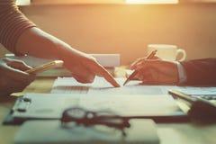 Teamwork-Geschäftsfrau, die Finanzbericht überprüft lizenzfreie stockfotografie