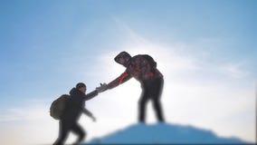 Teamwork-Geschäftskonzeptsieghilfshandarm-Zeitlupevideo touristische Wanderer der Teamgruppe gibt eine Handreichung stock video