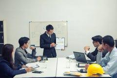 Teamwork-Geschäftsmann und -ingenieur im Café im Freien mit Laptop Co lizenzfreies stockfoto