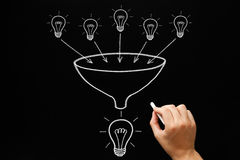 Teamwork-Glühlampe-Trichter-Konzept stockfoto