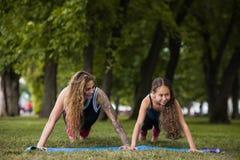 Teamwork-Gymnastik Active, der draußen ausdehnt Stockfotografie