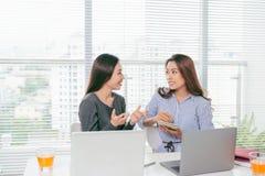 teamwork Hommes d'affaires collaborant avec l'ordinateur portable dans le bureau Photographie stock libre de droits