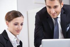 Teamwork i kontoret Arkivfoton