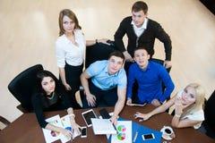 Teamwork i kontoret Royaltyfri Foto