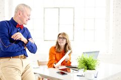 Teamwork i kontoret Grupp av businesspeople som tillsammans arbetar fotografering för bildbyråer