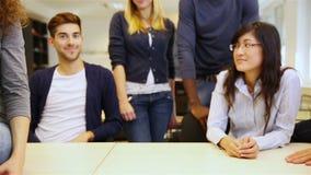 Teamwork i universitetklassrum arkivfilmer