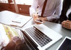 Teamwork idékläckningbegrepp Ungt idérikt cheflag som arbetar med nytt startup projekt i modernt kontor arkivfoto